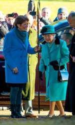 În 2017, înaintea slujbei de Crăciun, la Sandringham. Regina poartă geanta ei preferată.