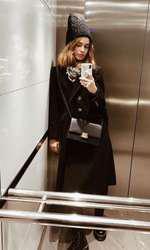 Modelul și actrița Iulia Cîrstea a făcut celebră căciula de astrahan la New York