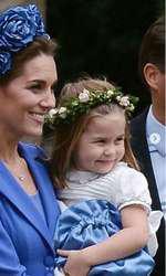Alături de Prințesa Charlotte. Mama poartă bentiță, fiica - o coroniță.
