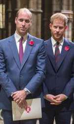 În luna noiembrie, la Westminster Abbey, Ducesa de Cambridge a purtat pe cap tot o bentiță elegantă, din catifea neagră.