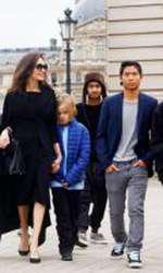Angelina Jolie, alături de copiii ei: Maddox, Shiloh, Vivienne, Knox, Zahara și Pax, la Paris.