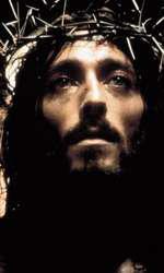 """Franco Zeffirelli l-a ales pe Robert Powell să joace rolul lui Iisus în filmul său """"Iisus din Nazaret"""". Robert Powell e considerat și azi cea mai potrivită figură pentru rolul lui Iisus"""