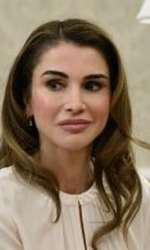Experții esteticieni comentează că fața Reginei Rania a devenit imobilă din cauza operațiilor...
