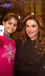 Chipul Reginei Rania pare a fi plămădit din... ceară.