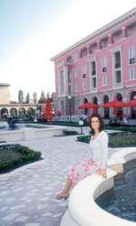Marilena Hagi în fața hotelului Iaki din Mamaia, afecere de familie
