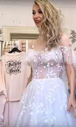 Andreea Balan probează rochii de mireasă
