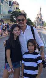 Răzvan Simion și cei doi copii ai săi