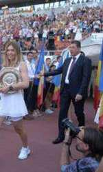 Simona Halep a prezentat trofeul castigat la turneul de tenis de la Wimbledon