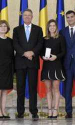 Stere și Tania Halep, președintele Klaus Iohannis, Simona Halep și Toni Iuruc (de la stânga la dreapta) , alături de Simona Halep în momentul decernării Ordinului Steaua României