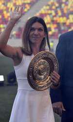 Simona Halep sărbătorește pe Arena Națională din București după câstigarea turneului de tenis de la Wimbledon.