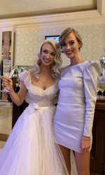 Andreea Perju a purtat o rochie deschisă la culoare care ar fi putut fi confundată ușor cu o rochie albă. Este greșit ca la nunți invitații să vină îmbrăcați în alb, singura care poartă această nonculoare este mireasa.