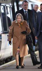 Regina Angliei călătorește cu trenul și, uneori, chiar arată ca o doamnă în vârstă oarecare...