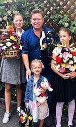 Pavel Bartoș, alături de cele trei fiice ale sale, Eva, Rita și Sofia, la începerea școlii, acum un an!