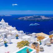 Santorini. O croazieră pe insulele vecine îți oferă o zi plină de distracție, soare și muzică