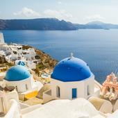 Acoperișurile albastre sunt marca tuturor bisericilor din Santorini