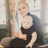 Pink este o cântăreață celebră, dar și o mamă cu normă întreagă. Ea are singură grijă de copiii ei, dar ultima imagine publicată de artistă a isterizat internetul