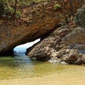 Plaja Tripiti, apa de un verde infinit