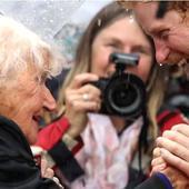 Prințul Harry nu a trăit ceva mai frumos de atât. I-au dat lacrimile când a văzut-o pe această bătrânică. A stat șapte ore în ploaie să-l aștepte. Ce poveste impresionantă