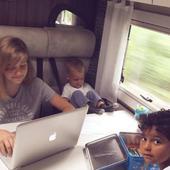 imagini din rulota familiei, cu cei trei copii