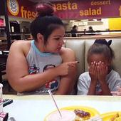 Sora ei mai mare era certată de mama lor, iar micuța i-a sărit în ajutor. Reacției ei te face să râzi în hohote