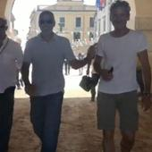 Clooney era vesel, dar vizibil imbaranit