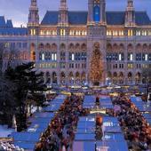 În Viena nu se organizează un singur târg de Crăciun, într-un singur loc, cum se obișnuiește la noi. În Viena, cam fiecare piață mai mare din oraș se transformă în târg de Crăciun. Anul acesta sunt 11, așa că nici nu vei mai avea vreme să vezi și altceva.