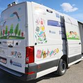 Prima școală mobilă din România funcționează în interiorul unui microbuz