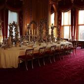 masa de sarbatoare de la palat, cu argintarie de pe vremea reginei Victoria