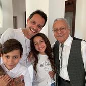 Emme si Max, impreuna cu tatal lor biologic, Marc Anthony, si cu bunicul lor patern