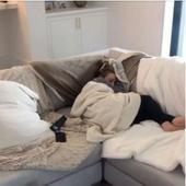actrita, dormind pe canapea, dupa ce a terminat cocteilul