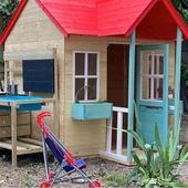 e o casa in miniatura, din lemn