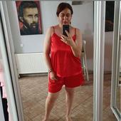 in pijamale rosii, de satin