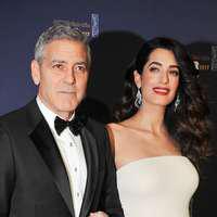 Amal şi George Clooney – Weekend romantic la Paris: Prima apariţie pe covorul roşu cu burtica de gravidă pentru Amal