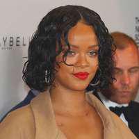 Rihanna ascunde o sarcină sau doar niște kilograme în plus?!