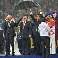 """Imaginea virală a Cupei Mondiale la Fotbal. Președintele Putin, un """"domn"""", singurul care s-a adăpostit de ploaia torențială sub umbrelă!"""