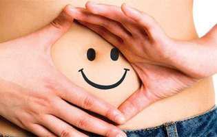 Cum scapi de indigestie consumând anumite alimente precum scorțișoară sau chimion. Imagine cu o burtică desenată cu o figură zâmbitoare care a scăpat de indigestie
