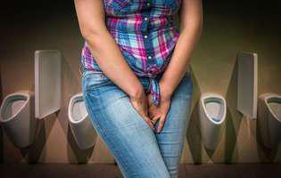 Remedii naturale pentru candidoza vaginală pot consta în acid boric, ulei de cocos, dar și în tehnici antistres. Femeie care suferă de candidoză vaginală