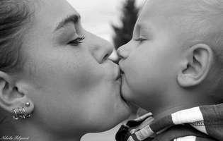mama isi saruta copilul