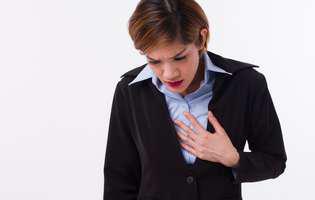 Refluxul esofagian creează o stare generală de disconfort. Femeie care suferă de reflux esofagian