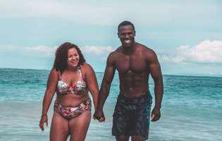 Soțul ei are un trup perfect, iar ea este supraponderală, însă nu s-a rușinat să posteze pe Instagram o imagine cu ei la plajă. Ce i-a răspuns unei femei care a făcut-o grasă