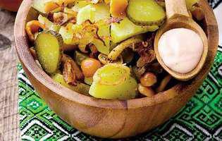 salată de cartofi cu ciuperci și castraveți