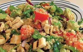 rețetă de salată de avocado cu cus cus și brânză halloumi