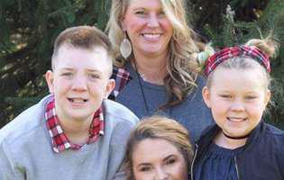Keaton Jones împreună cu mama și surorile lui