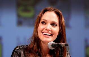 Angelina Jolie uimește din nou