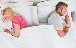 nu te mai vrea. doi soți în pat stau cu spatele unul la celălalt