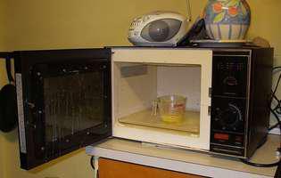 10 lucruri pe care să NU le pui niciodată în cuptorul cu microunde