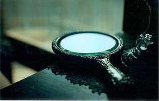 Oglinda neagră are puteri asupra sufletului