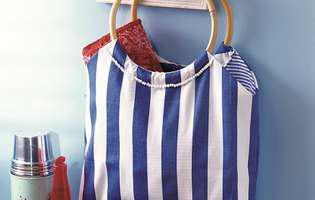 Fii la modă cu o geantă de plajă cu două feţe!