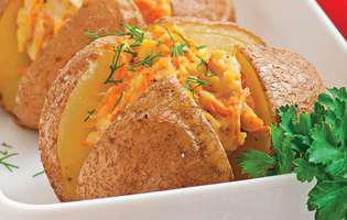 Cartofi umpluți cu pui și morcovi