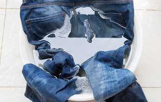 Cum speli blugii fără să se decoloreze